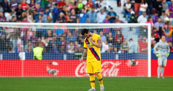 Piłkarze Realu Madryt zremisowali u siebie z Betisem Sewilla 0:0 w 12. kolejce hiszpańskiej ekstraklasy piłkarskiej. Wciąż zajmują drugie miejsce, ale zrównali się punktami z Barceloną, która wcześniej niespodziewanie uległa na wyjeździe Levante 1:3.