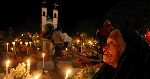 Na Ukrainie i w Gruzji zmarłych wspomina się w okresie Świąt Wielkanocnych. W Meksyku Dzień Zmarłych to radosne i kolorowe święto. W Indiach mężczyźni wspominając śmierć swoich ojców golą głowy. O zwyczajach związanych z pamięcią o bliskich, którzy odeszli opowiadają studenci, którzy przyjechali do Szkoły Języka i Kultury Polskiej Uniwersytetu Śląskiego w Katowicach.