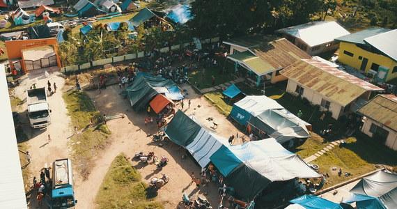 Dwa trzęsienia ziemi, które przed kilkoma dniami nawiedziły wyspę Mindanao w południowych Filipinach, kosztowało życie 21 osób - wynika z opublikowanego w niedzielę raportu. Wielu uratowanym brakuje żywności i jedzenia.