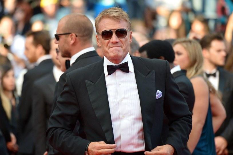 Niemal dwumetrowy Szwed, Dolph Lundgren, jest ikoną kina akcji przełomu lat 80. i 90. Nie wszyscy wiedzą, że poza sukcesami filmowymi i sportowymi, jest też świetnie wykształcony, a wielkość jego mięśni jest wprost proporcjonalna do wielkości IQ. 3 listopada obchodzi 62. urodziny.