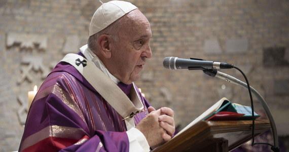 """Papież Franciszek zachęcił w niedzielę wierzących, aby z miłosierdziem wychodzi na spotkanie z tymi, którzy """"pobłądzili"""". Zaapelował też o położenie kresu przemocy w Etiopii, zwłaszcza wobec chrześcijan."""