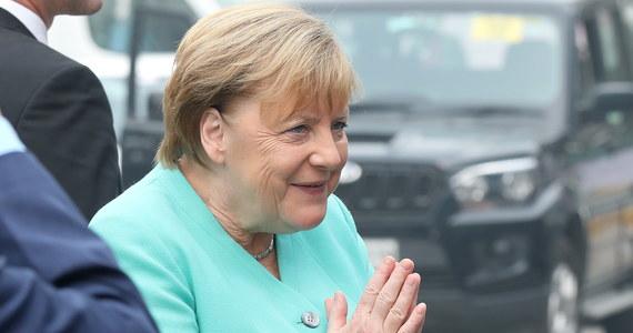 """""""Do 2030 roku chcemy mieć w Niemczech milion punktów ładowania pojazdów elektrycznych"""" - powiedziała kanclerz Angela Merkel. Rozbudowa tej infrastruktury ma przekonać konsumentów w Niemczech do samochodów z napędem elektrycznym."""
