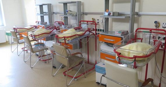 """W ciągu niespełna dwóch lat szpitale zamknęły 24 oddziały położnicze. Resort zdrowia mówi o 400 zlikwidowanych łóżkach. Przyczyną nie jest jednak niż demograficzny, lecz problemy kadrowe - pisze """"Dziennik Gazeta Prawna""""."""