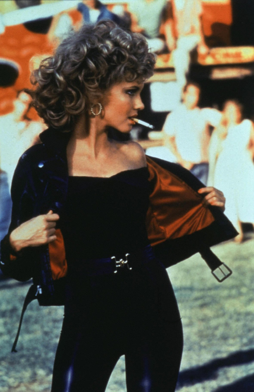 """Czarny, skórzany kombinezon, w którym Olivia Newton-John wystąpiła z Johnem Travoltą w filmowym musicalu """"Grease"""" z 1978 r., został sprzedany na aukcji za 405,7 tys. dolarów. Dochód z licytacji ma wesprzeć chorych na raka."""
