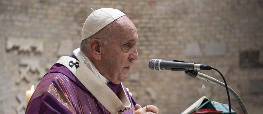 """Kościół nie jest """"międzynarodowym koncernem"""" ani """"organizacją pozarządową""""- powiedział papież Franciszek w wywiadzie rzece, który ukazuje się we Włoszech. Podkreślił, że Kościół musi wychodzić do ludzi, bo inaczej nie jest Kościołem."""