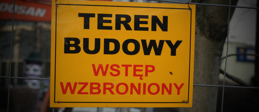 Makabryczne odkrycie na placu budowy w Gnieźnie. W zalanym szybie windy znaleziono ciało człowieka.