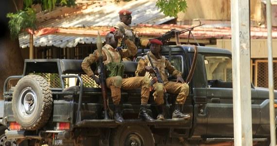 Atak na jednostkę żandarmerii w Burkina Faso. W wyniku wielogodzinnej strzelaniny zginęło 5 policjantów oraz 5 cywilów zatrudnionych w pobliskiej firmie.