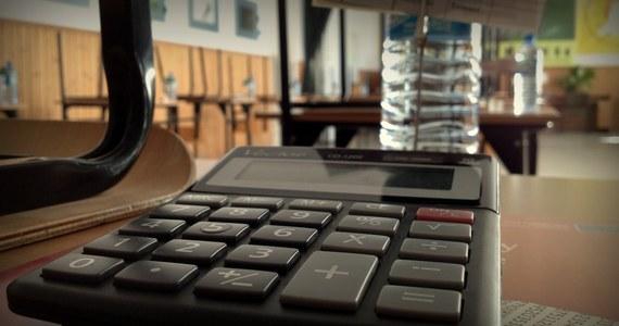 Nawet kilkanaście milionów euro może stracić Polska przez rozgrzebane reformy edukacyjne i coraz większe obciążenia finansowe samorządów - tak wynika z tzw. raportu mid-term z wykonania unijnego Programu Operacyjnego Wiedza Edukacja Rozwój, do którego dotarł reporter RMF FM Grzegorz Kwolek.