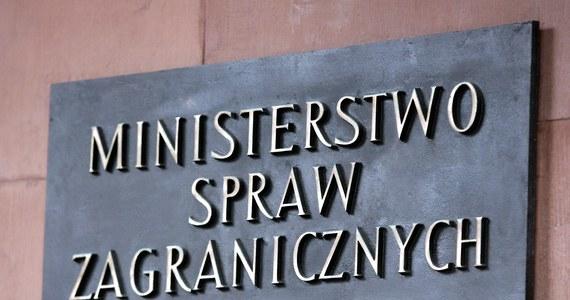 Wyrok Trybunału Sprawiedliwości Unii Europejskiej (TSUE) dotyczy stanu historycznego i nie odzwierciedla obowiązujących przepisów - oświadczyło MSZ. Zarzuty Komisji Europejskiej zostały uwzględnione już w nowelizacji Prawa o ustroju sądów powszechnych z kwietnia 2018 r. - podkreślił resort. TSUE uznał dziś, że polskie przepisy dotyczące wieku przejścia w stan spoczynku sędziów i prokuratorów, które zostały wprowadzone w lipcu 2017 r., są niezgodne z prawem UE.