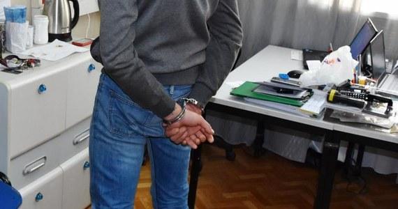 Policja zatrzymała dwóch mężczyzn podejrzanych o uprowadzenie mieszkańca powiatu wielickiego w Małopolsce. Mężczyzna był bity, raniony nożem, przypalany papierosami.