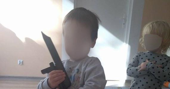 Repliki broni maszynowej i noży bojowych w rękach podopiecznych jednego ze żłobków w Toruniu – takie zdjęcia pojawiły się na jednym z portali społecznościowych i oburzyły wielu internautów. Dyrekcja placówki tłumaczy i przeprasza, a toruński Urząd Miasta zapowiada kontrolę w placówce.