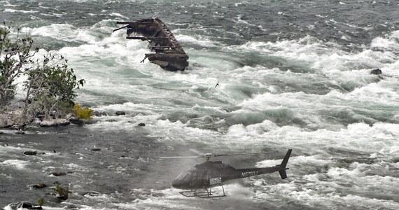 Wrak łodzi przez ponad 100 lat był zaklinowany w skałach nad Niagarą. W ostatnich dniach silne opady deszczu i mocny wiatr zrzuciły go ze skał i przesunęły w stronę wodospadu.