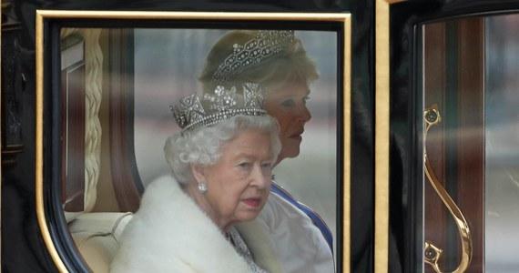 """Po raz pierwszy w historii brytyjska królowa Elżbieta II będzie nosiła sztuczne futra zamiast naturalnych - poinformował dziennik """"Daily Telegraph"""", powołując się na książkę osobistej stylistki i garderobianej monarchini."""