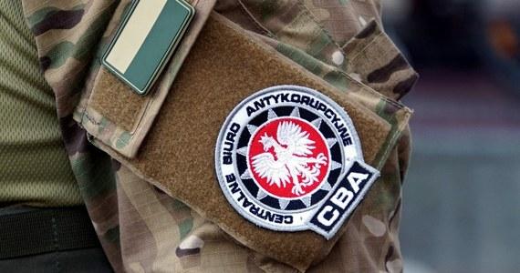 Funkcjonariusze CBA zatrzymali byłego policjanta. Wpadł na gorącym uczynku, gdy przyjmował 50 tys. zł łapówki na parkingu w Gdańsku.