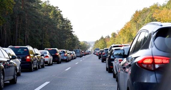 """Obowiązek tworzenia tzw. korytarza życia i jazdy """"na suwak"""" wprowadza nowelizacja Prawa o ruchu drogowym, podpisana przez prezydenta Andrzeja Dudę. Nowe przepisy mają wejść w życie po 21 dniach od ogłoszenia."""