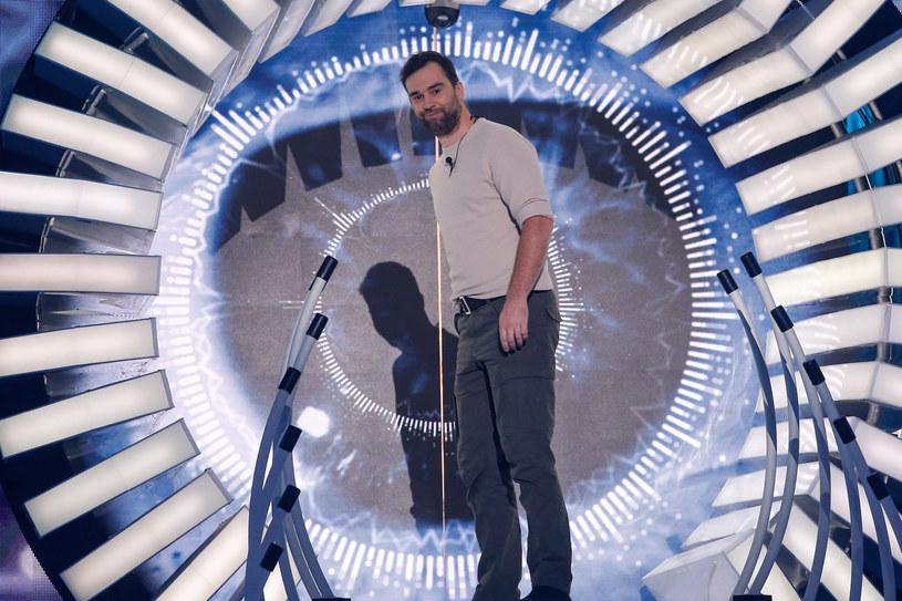 """Przemysław Karda znów pojawił się w domu Wielkiego Brata. Uczestnik, który odpadł z """"Big Brothera"""" po pierwszym tygodniu, wrócił do Gołkowa ze specjalną misją. Czy pozostanie w programie na dłużej?"""