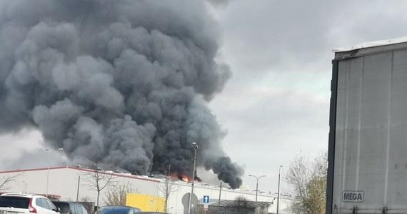 Kłęby dymu od rana unosiły się nad warszawską dzielnicą Włochy. Płonęła hala magazynowa, w której znajduje się tor kartingowy przy ulicy Krakowiaków. Część dachu się zawaliła. Informację o pożarze dostaliśmy od Słuchacza na Gorąca Linię RMF FM.