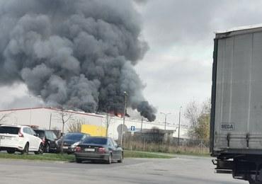 Kłęby dymu nad Warszawą. Pożar hali w dzielnicy Włochy