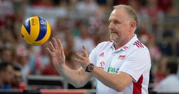 """Zamieszanie wokół kadry siatkarek trwa. Po tym, jak do mediów wyciekły informacje, że polskie zawodniczki nie są zadowolone ze współpracy z trenerem, głos zabrał sam zainteresowany – Jacek Nawrocki. W wydanym oświadczeniu pisze, że """"jest mu przykro, że tuż przed najważniejszym zadaniem, jakim jest dla nas turniej kwalifikacyjny do Igrzysk Olimpijskich, ukazują się materiały, które mają bardzo negatywny wpływ na atmosferę w reprezentacji Polski""""."""