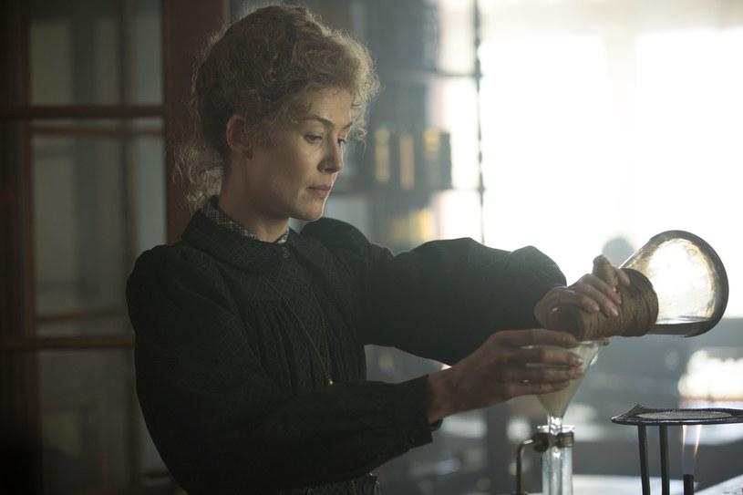 """W filmie """"Radioactive"""" Rosamund Pike wcieliła się w legendarną polską chemiczkę i fizyczkę, dwukrotną laureatkę Nagrody Nobla, Marię Skłodowską-Curie. Nominowana do Oscara brytyjska aktorka nie kryje podziwu dla granej przez siebie postaci, którą określa mianem buntowniczki. """"W naszym filmie pokazaliśmy, jakie koszty musi ponieść kobieta funkcjonująca w męskim świecie"""" - zaznacza gwiazda."""