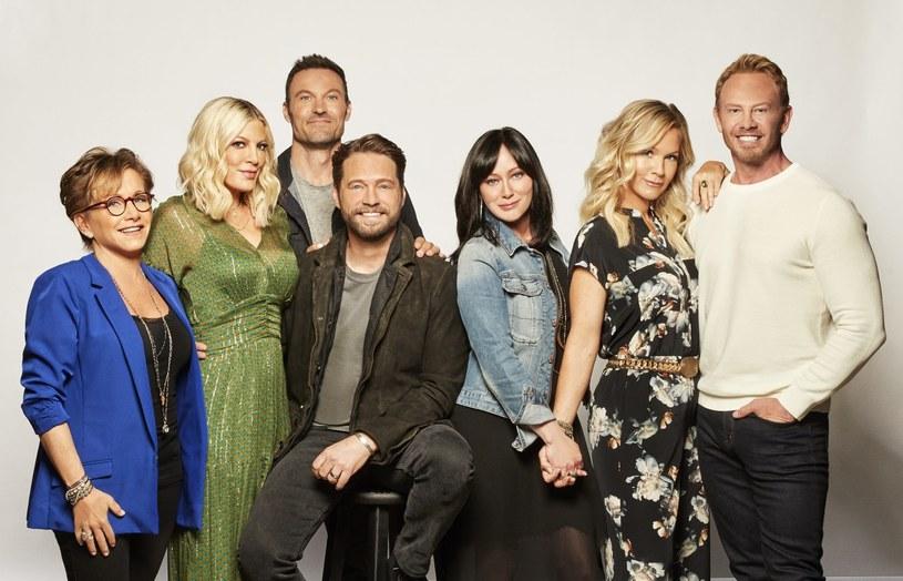 """Latem ukazała się nowa odsłona kultowego serialu """"Beverly Hills 90210"""", tym razem pod tytułem """"BH90210"""". Według zapowiedzi sieci telewizyjnej FOX kolejne sezony tej produkcji nie są planowane. Z drugiej strony, Jennie Garth sugeruje, że jest nadzieja na dalszy ciąg opowieści."""