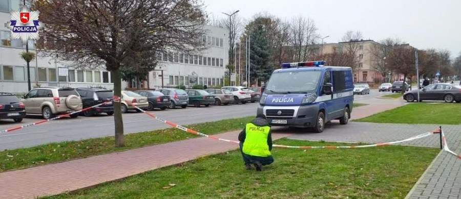 Wiemy, dlaczego 49-letni mężczyzna w czwartek podpalił się przed budynkiem sądu w Świdniku pod Lublinem. Prokuratorom udało się go przesłuchać. Jak wyjaśnił, chciał zamanifestować niezadowolenie z wyroku, jaki zapadł w sprawie jego oraz jego rodziców dwa dni wcześniej. Wszyscy zostali skazani za naruszenie nietykalności oraz znieważenie policjanta.