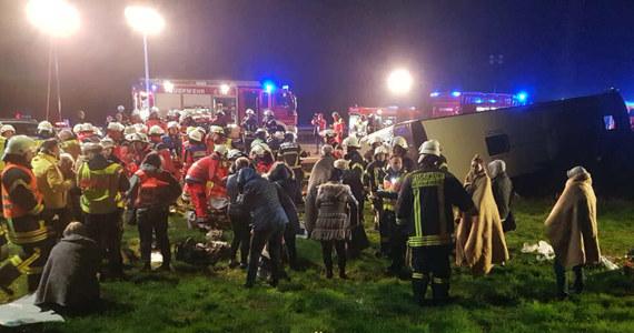 Na autostradzie A1 w Niemczech między Stapelfeld i Barsbüttel doszło do wypadku autobusu, którym podróżowali Polacy. Pojazd, którym jechało 50 osób, przewrócił się na bok. Są poszkodowani.