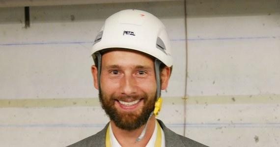 """W centrum kontroli akceleratora LHC i innych pośrednich akceleratorów dbamy o to, by przygotować wiązkę, wrzucić ją """"do środka"""", przyspieszyć, przygotować kolizje i - jak to mówimy - dostarczyć te kolizje do eksperymentów. Eksperymenty to już sprawa fizyków - mówi RMF FM Sławosz Uznański, który pełni w Wielkim Zderzaczu Hadronów dyżury jako naczelny inżynier, nadzorujący na bieżąco pracę wszystkich urządzeń. Praca centrum trwa 24 godziny na dobę. Jeśli stracimy wiązkę, ale nie ma poważniejszej awarii, procedura jej przywrócenia wymaga około 2-3 godzin intensywnej pracy - dodaje Uznański."""