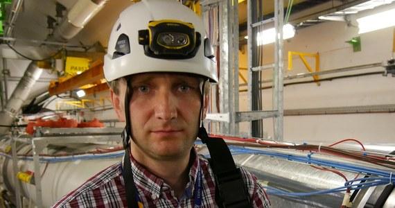 Szczelność helowa ma w pracy akceleratora znaczenie kluczowe. Na początku traciliśmy rocznie około 40 ton helu. Teraz zaledwie około 10 ton. To już jest dobry wynik – mówi polskim dziennikarzom Krzysztof Brodziński, inżynier odpowiedzialny w CERN za sekcję eksploatacji kriogeniki dla akceleratora LHC oraz detektorów ATLAS I CMS. Niobo-tytanowe, nadprzewodzące obwody Wielkiego Zderzacza Hadronów utrzymywane są w temperaturze 1,9 K (-271,3°C), niższej od przeciętnej temperatury w otwartej przestrzeni kosmicznej (2,7 K). Cały system zawiera 130-140 ton helu, sprowadzanego z Polski.