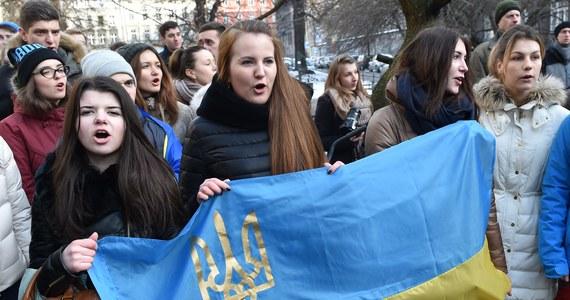 """Kilkadziesiąt osób protestowało w sobotę przed ambasadą RP w Kijowie przeciwko zatrzymaniu w Polsce na wniosek Rosji obywatela Ukrainy Ihora Mazura. """"Rosja często w ten sposób używa rejestru Interpolu jako narzędzia do realizowania swoich celów politycznych"""" - oświadczyła po zatrzymaniu Mazura wicemarszałek Sejmu Małgorzata Gosiewska i dodała: """"Nie możemy dać się sprowokować""""."""