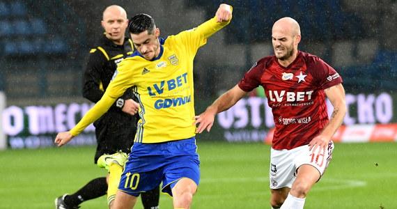 W spotkaniu dwóch drużyn znajdujących się na dole ekstraklasowej tabeli lepsza okazała się Arka Gdynia. W Krakowie piłkarze z Gdynii wygrali z Wisła 1:0. Gola na wagę zwycięstwa strzelił Maciej Jankowski.