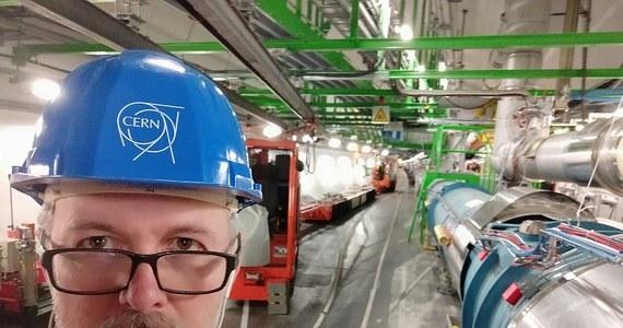 Wielki Zderzacz Hadronów, najpotężniejszy instrument naukowy na świecie, obchodzi właśnie 10-lecie pracy. Został uruchomiony co prawda we wrześniu 2008 roku, ale krótko potem doszło do poważnej awarii, po której trzeba go było przez ponad rok naprawiać. Ponownie uruchomiono go w listopadzie 2009 roku. W 2012 roku dokonano tam największego dotąd odkrycia, jakim było znalezienie cząstki Higgsa. W tej chwili Zderzacz przechodzi kolejny, planowany okres modernizacji. To daje nielicznym szczęśliwcom unikatową okazję do odwiedzenia fragmentu 27-kilometrowego tunelu akceleratora, znajdującego się około 100 metrów pod ziemią. Na specjalne zaproszenie CERN taką okazję miała w październiku grupa polskich dziennikarzy.
