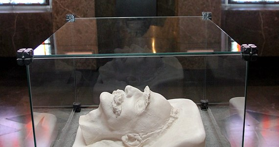 Cierpiał na nowotwór wątroby. Choroba, tak jak i wiek, odznaczyły się na jego twarzy. Taki obraz Józefa Piłsudskiego – zmęczonego i schorowanego, przetrwał do dziś, bo tuż po jego śmierci wykonano odlewy jego twarzy. Dlaczego najbliżsi przywódcy narodu zdecydowali, by uwiecznić go tuż po zgonie? Maski pośmiertne Piłsudskiego mówią nam sporo nie tylko o nim, ale również o czasach, w których żył.
