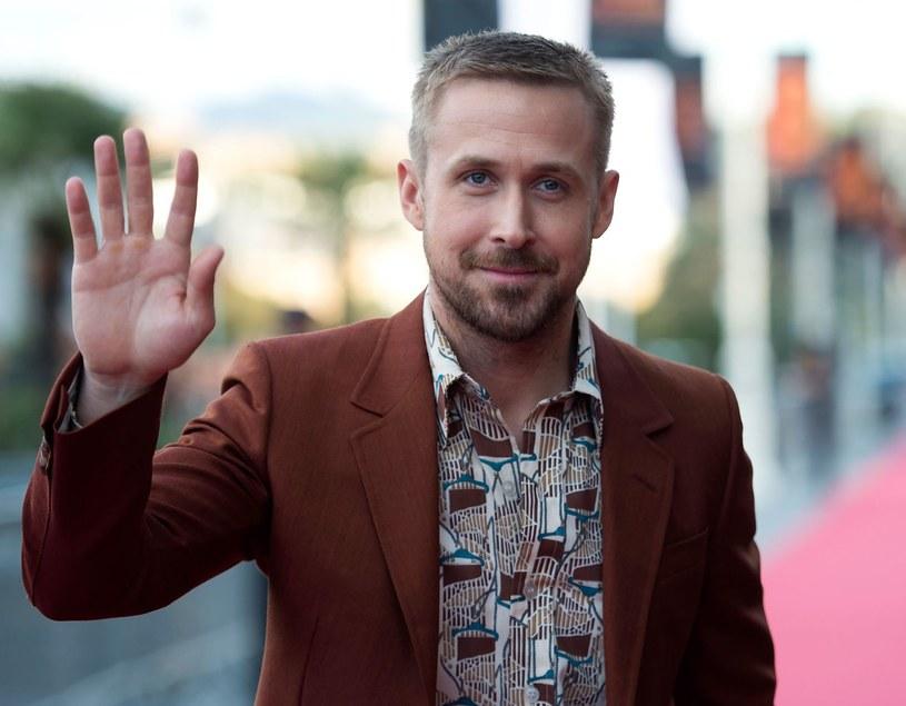 """W ostatnich dniach w ofercie Netfliksa pojawiła się oryginalna produkcja tego serwisu zatytułowana """"Randki od święta"""". Jedna scena w tej komedii romantycznej stała się powodem dociekań widzów, którzy głowili się nad tym, kim jest osoba, która pojawia się na drugim planie podczas rozmowy bohaterów na temat Ryana Goslinga. Wiele osób twierdziło, że tą osobą jest sam Gosling. Nie jest to jednak prawda. Wszelkie teorie zostały właśnie rozwiane, a aktorem na drugim planie okazał się Chad Zigmund."""