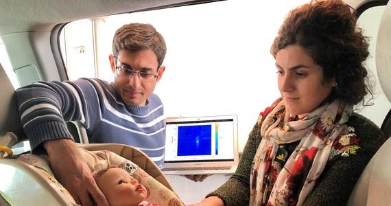 Niewielki, tani czujnik może skutecznie rozwiązać problem tragicznych przypadków pozostawienia dzieci w rozgrzanym czy zamarzniętym samochodzie. Naukowcy z Uniwersytetu Waterloo w Kanadzie opracowują technologię, która może ochronić także naszych czworonożnych przyjaciół. Podczas konferencji naukowej w Montrealu przedstawili prototyp urządzenia, które wykorzystując sztuczną inteligencję potrafi wyczuć, że w samochodzie zostało dziecko albo pies i uruchomić alarm.