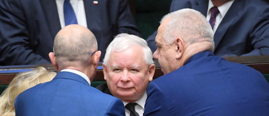 """""""Nie spodziewałbym się szybkiego przejścia Jarosława Kaczyńskiego na polityczną emeryturę. Pytanie, czy będzie w stanie wygrać za cztery lata i w jakiej będzie wówczas kondycji""""  - stwierdził w rozmowie z Onetem prof. Antoni Dudek - historyk i politolog. """"Słyszymy, że ma kłopoty z nogami, ale nawet przy najbardziej niekorzystnym dla niego scenariuszu, czyli nieudanych operacjach, będzie mógł jeździć na wózku. Znamy takich polityków"""" - dodał."""
