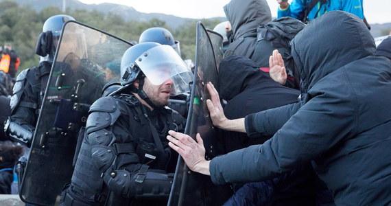 Chaos na granicy hiszpańsko-francuskiej! Protestujący tam drugi dzień katalońscy separatyści zablokowali setki ciężarówek – w tym z Polski. Zapowiadali, że będę kontynuować blokadę co najmniej do jutra, a może i do czwartku. Francuska żandarmeria usunęła przy użyciu pałek i gazu łzawiącego kilkuset separatystów, natomiast protest wciąż kontynuowany jest po hiszpańskiej stronie granicy.