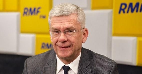 """""""Nie będziemy w Senacie totalną opozycją, chcemy rozmawiać"""" - zapewniał w Porannej rozmowie w RMF FM Stanisław Karczewski. """"Rozmawialiśmy, nikogo nie przeciągaliśmy na siłę"""" - deklarował kandydat PiS na marszałka Senatu, który wczoraj przegrał w głosowaniu z Tomaszem Grodzkim, kandydatem opozycji. """"Trudność polega na tym, że przewaga opozycji jest bardzo niewielka, krucha. Jeden głos zdecydował wczoraj o zwycięstwie pana Tomasza Grodzkiego. Ten jeden głos może w następnych wyborach zagłosować zupełnie inaczej"""" - prognozował gość Roberta Mazurka. """"Pan prof. Grodzki jest chirurgiem, lekarzem, znamy się od 4 lat, wszystkie relacje, jakie były do tej pory, były koleżeńskie"""" - podkreślił Karczewski."""