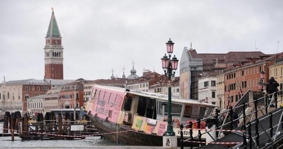 """""""Stoimy w obliczu apokaliptycznego, totalnego zniszczenia"""" - tak sytuację w zalanej Wenecji opisał szef władz regionu Luca Zaia. Na wyspie Pellestrina zginął mężczyzna porażony prądem w zalanym domu. W nocy zalewająca miasto tzw. acqua alta osiągnęła wyjątkowo wysoki poziom 187 centymetrów. Po kilkudziesięciu minutach woda opadła o 12 centymetrów. Szkody są w bazylice św. Marka, gdzie zalany jest przedsionek i krypta. Zatonęły trzy zacumowane tramwaje wodne."""