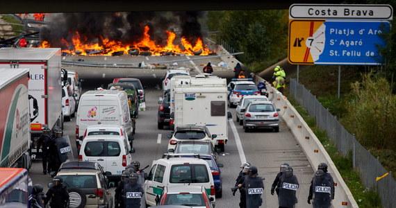 Hiszpańska policja użyła siły wobec protestujących na autostradzie AP7 w okolicach Gerony katalońskich separatystów. Na prowadzącej do Francji trasie od poniedziałku prowadzone są w kilku miejscach blokady.