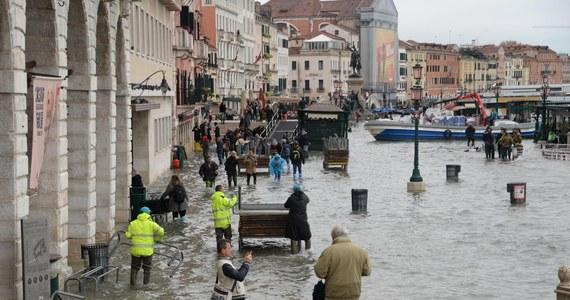 """Gigantyczne szkody wywołała powódź w Wenecji, gdzie we wtorek woda przypływu osiągnęła poziom najwyższy od 50 lat. Poważne zniszczenia zanotowano m.in. w bazylice świętego Marka. """"Wenecja została rzucona na kolana"""" - ocenił burmistrz miasta. Szef władz regiony Luca Zaia mówi z kolei, że """"stoimy w obliczu apokaliptycznego totalnego zniszczenia""""."""