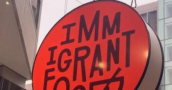 Immigrant Food - to nowa restauracja w centrum amerykańskiej stolicy. Mieści się kilkaset metrów od Białego Domu. I choć w Waszyngtonie są tysiące restauracji to ta na pewno będzie wzbudzać ciekawość. Lokal ma misję. Ma pomagać organizacjom niosącym wsparcie imigrantom.