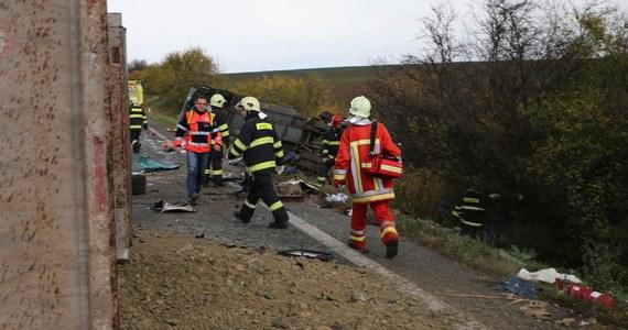 Tragiczny wypadek samochodowy na Słowacji, w pobliżu Nitry. Jak informują strażacy, 12 osób nie przeżyło zderzenia autobusu z ciężarówką. 20 osób jest rannych.