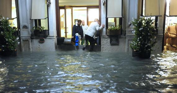 W Wenecji, zalanej w wyniku rekordowego przypływu, wieczorem odezwały się syreny alarmowe. Oznaczają one, że do miasta dociera kolejna wysoka fala. W mieście tymczasem rozpoczęło się usuwanie szkód, które szacowane są na setki milionów euro.