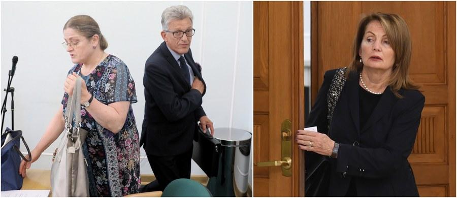 Zgłoszeni przez PiS do Trybunału Konstytucyjnego kandydaci nie spełniają wymagań niezbędnych do pełnienia urzędu sędziego Trybunału. Wszyscy troje przekroczyli 67. rok życia, a przepisy nakazują sędziom przejście w stan spoczynku w wieku lat 65. Groteskowość sytuacji jest tym większa, że autorami przepisów są sami kandydaci - byli posłowie Krystyna Pawłowicz i Stanisław Piotrowicz.