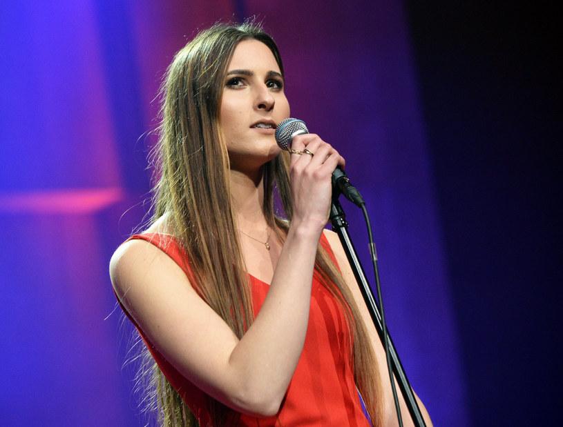 """Utwór """"Wstań"""" to nowa muzyczna odsłona charyzmatycznej wokalistki Izabeli Szafrańskiej."""