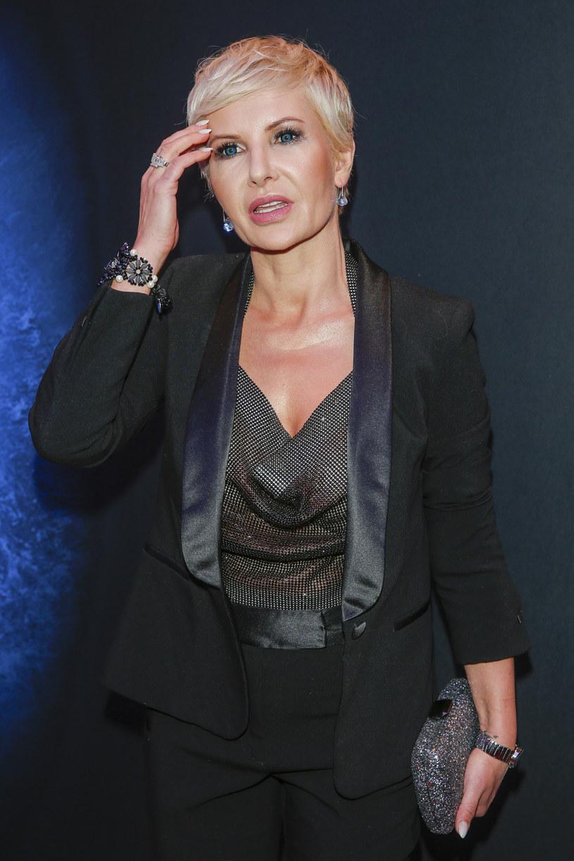 Joanna Racewicz kieruje ciepłe słowa do Moniki Zamachowskiej, bowiem kiedyś też była w takiej samej sytuacji, jak koleżanka po fachu. Z perspektywy czasu Joanna Racewicz wie, że koniec może być jednocześnie początkiem czegoś lepszego. Teraz związana jest ze stacją Polsat News.