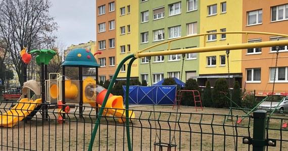 Tragedia w Koninie w Wielkopolsce. Policjant śmiertelnie postrzelił na jednym z osiedli 21-letniego mężczyznę. Do zdarzenia doszło tuż przy placu zabaw między blokami.