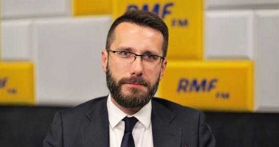 """""""Faktycznie stanowisko pana premiera Gowina i jego otoczenia ws. 30-krotności jest bardzo mocne"""" -przyznawał w Porannej rozmowie w RMF FM wicerzecznik PiS Radosław Fogiel. """"My w tym momencie nie zamierzamy się z tego wycofywać. Liczymy, że uda się przekonać kolegów z Porozumienia"""" - dodawał gość Roberta Mazurka. """"Szliśmy z jednej listy, z jednym programem. Nie bardzo sobie wyobrażam sytuację, w której część naszych - klubu PiS - posłów zaczyna negować (nasze projekty - przyp. red.)"""" – zauważył Fogiel. Dopytywany, co się stanie, jeśli posłowie Porozumienia jednak nie zagłosują za tym projektem, wicerzecznik PiS stwierdził: """"Liczymy, że te brakujące głosy znajdą się w innych miejscach sali sejmowej"""". Fogiel całą sprawę skwitował określeniem """"drobne niesnaski""""."""