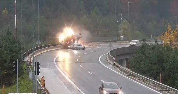 Do tragicznego wypadku doszło na obwodnicy stolicy Słowenii Lublany. Kierowca samochodu osobowego stracił panowanie nad kierownicą i uderzył w bok cysterny, która spadła z wiaduktu. Jej kierowca zginął na miejscu.